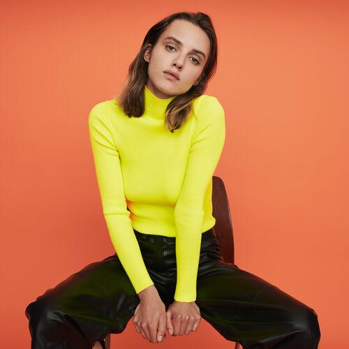 Jersey fino canalé cuello alto : Colección invierno color Amarillo Flúor