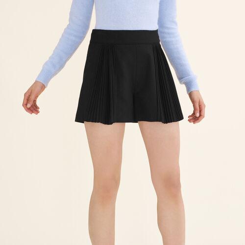 Short corto con detalles plisados : Faldas y shorts color Negro